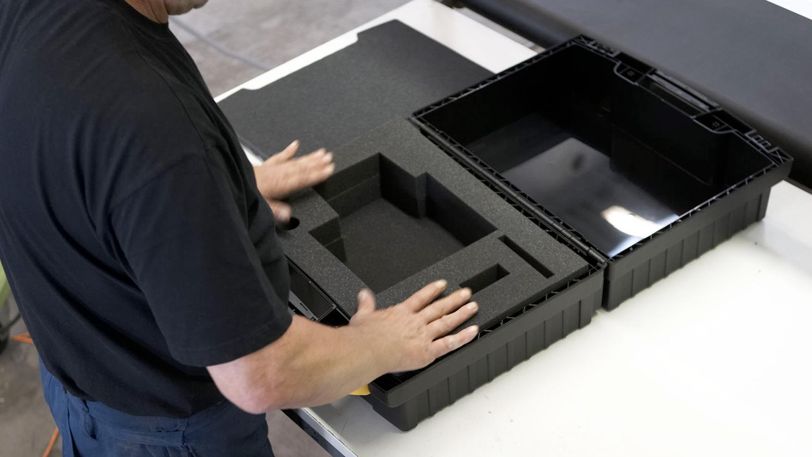 Schaumstoffeinlage in Koffer einlegen